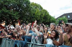 "Das Publikum feierte zu Klassikern wie ""Whatever You Want"" oder ""Rockin` All Over The World"" ab. Foto: Markgräfler Tagblatt"