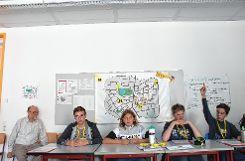 """Mit großem Interesse verfolgte CDU-Fraktionssprecher Walter Schwarz (links) die Debatte im fiktiven Gemeinderat von Stuttingen. Hier bringt gerade die """"ÖPP-Fraktion"""" einige Argumente vor. Im Hintergrund sieht man den Stuttinger  Stadtplan mit Zentrum, Bushaltestellen und Park.   Fotos: Tim Nagengast Foto: Die Oberbadische"""