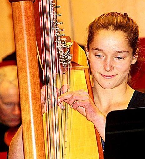 Luisa Greiß erhielt viel Beifall für ihr ausgezeichnetes Harfenspiel. Zusammen mit dem Orchester bot sie zwei Sätze aus Vivaldis Konzert für Harfe und Orchester. Foto: Feuchter