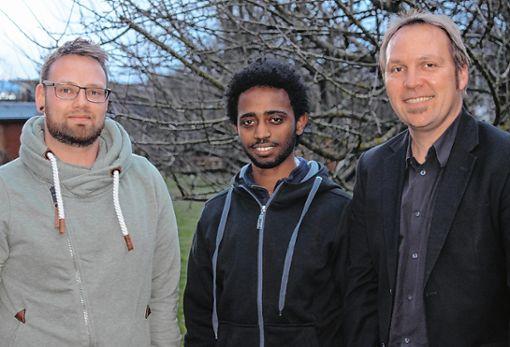 Sie freuen sich über die gelungene Integration von Yonas Brhane  (Mitte): Marcel Marktanner (l.) und Bernd Schandera  Foto: Asia Lomartire Foto: Die Oberbadische