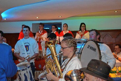 Mit Pauken und Trompeten starteten die Fasnächtler in Schönau am Samstagabend  in die fünfte Jahreszeit.     Fotos: Paul Berger Foto: Markgräfler Tagblatt