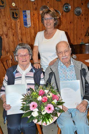 Vorsitzende Ina Pietschmann (Mite) zeichnete   Gertrud Haas (87 Jahre alt) für 30 Jahre und Manfred Knipphals (99 Jahre alt) für 55 Jahre Mitgliedschaft bei der Arbeiterwohlfahrt  aus.        Foto: Georg Diehl Foto: Markgräfler Tagblatt