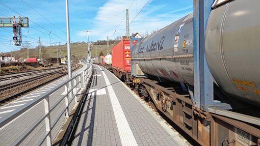 Neben dem Wohngebiet abgestellte Kesselwagen enthielten unter anderem  Ethylenoxid, ein extrem entzündbares Gas.     Foto: Friedrich Lehr Foto: Weiler Zeitung