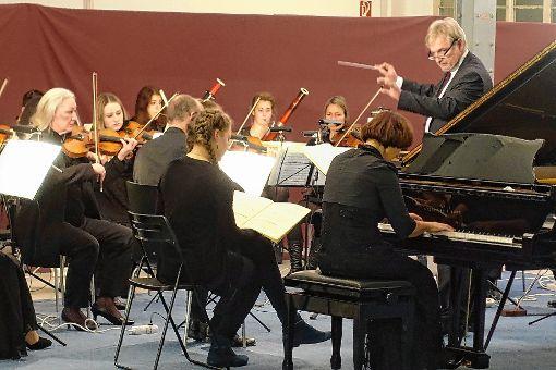 Eine harmonische Klangverbindung gingen das Kammerorchester aus Offenburg und die Pianistin Andrea Kauten in Mozarts A-Dur-Klavierkonzert ein.   Foto: Jürgen Scharf Foto: Markgräfler Tagblatt
