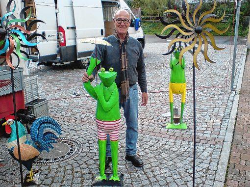 Mit einem Wetterfrosch mit Schirm hatte Emil Merz aus Hüfingen den passenden Kaufartikel in seinem Verkaufsangebot dabei.                 Foto: R. Hölzle Foto: Markgräfler Tagblatt