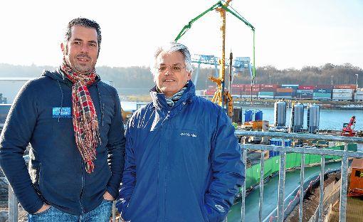 Richard Hürzeler (r.), Gesamtprojektleiter der Sanierung, und der Technische Projektleiter Markus Ettner beguchten die Arbeiten  von der Besucherterrasse aus. Foto: Die Oberbadische