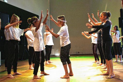 Vielfalt und   Lebendigkeit:   Kinder auf der Bühne des Werkaums Schöpflin  Foto:    Katharina Ohm Foto: Die Oberbadische