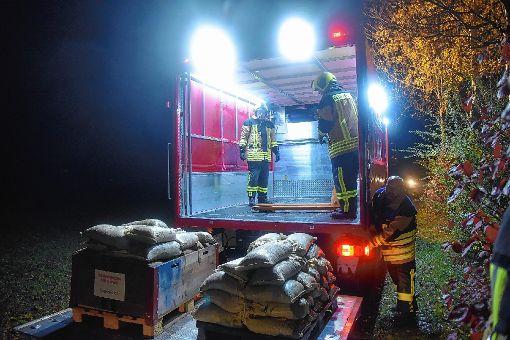 Tausende Sandsäcke wurden herbeigeschafft.   Foto: Martin Eckert Foto: Markgräfler Tagblatt