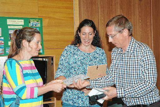 Der Vorsitzende des Elternbeirats Clemens Tschöpe verleiht den Hebelpreis an die Vertrauenslehrerinnen Lena Thielmann und Anja Hofmeister (von rechts).   Foto: Regine Ounas-Kräusel Foto: Die Oberbadische
