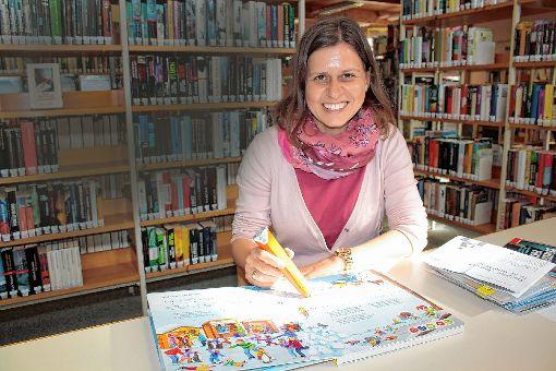 Will mit der Zeit gehen:  Bibliotheksleiterin Katja Benkler erweitert das Angebot für Kinder und Jugendliche um audio-visuelle Medien.    Fotos: Werner Müller Foto: Markgräfler Tagblatt