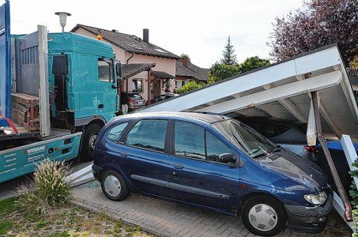 erst wurde ein auto touchiert dann zwei unter einem zusammengestrzten carport beraben foto