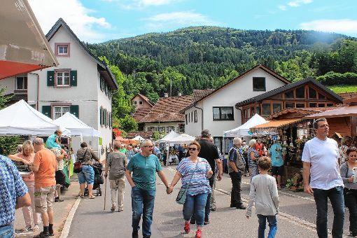 Das schöne Wetter lud zum Flanieren über den Naturparkmarkt in Tegernau ein.  Fotos: Heiner Fabry Foto: Markgräfler Tagblatt