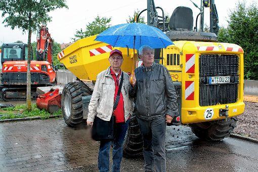 Ortstermin: Der SPD-Landtagsabgeordnete Rainer Stickelberger (rechts) mit Artur Cremans an der Baustelle für den neuen Haltepunkt Schlattholz.    Foto: Werner Müller Foto: Markgräfler Tagblatt