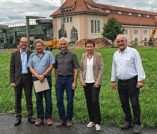 Grünen-Bundestagskandidat Gerhard Zickenheiner (dritter von links)  ließ sich bei Energiedienst über die Power-to-Gas-Anlage informieren.  Foto: zVg Foto: Die Oberbadische