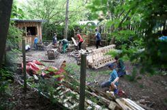In der Holzwerkstatt werden Hütten aus alten Paletten hergestellt.   Fotos: Kristoff Meller Foto: Die Oberbadische