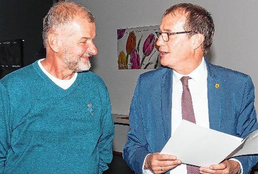 Oberbürgermeister Klaus Eberhardt (rechts) überreicht die Landesehrennadel an Martin Decker.   Foto: zVg Foto: Die Oberbadische
