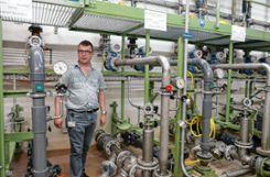 Reto Dolf, der Leiter der Rheinüberwachungsstation, im Keller der Anlage in Weil am Rhein, wohin Rheinwasser aus fünf Entnahmestellen im Flussbett gepumpt wird. Foto: Weiler Zeitung