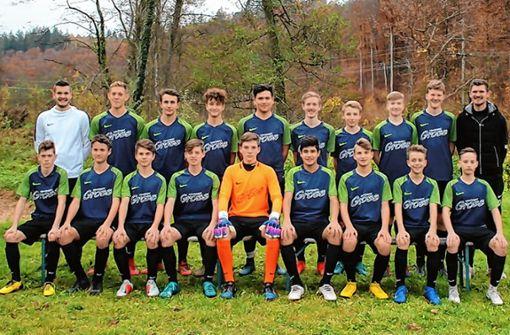 Die aktuelle B-Juniorenmannschaft der SG Kandern/Liel/Malsburg-Marzell mit ihren beiden Trainern Chris Dunke und Thomas Argast. Foto: FC Kandern/zVg