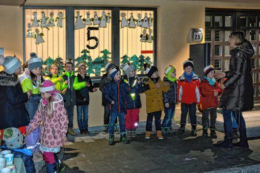 Die Kinder sangen vor dem von ihnen dekorierten Fenster des Eimeldinger Rathauses. Foto: Joachim Pinkawa