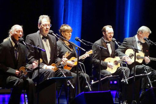Vom Blues bis zum Rockhit hat das Ukulele Orchestra of Great Britain beim Auftritt im ausverkauften Burghof alles drauf. Foto: Jürgen Scharf
