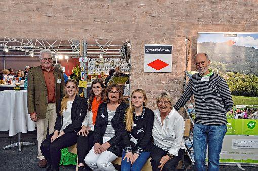 Gemeinsam präsentieren Frieder Baumann (l.), Ingrid Baumann (2. v. r.) und Uli Nitsche (r.) vom Schwarzwaldverein, Tourismusbeauftragte Madeline Siebert (3. v. l.) vom Landkreis Lörrach sowie Jana Darius (2. v. l.), Elke Hach (Mitte) und Linn Fischer (3. v. r.) von der Stadt  auf der Regio-Messe touristische Angebote.   Foto: Silvia Waßmer Foto: Die Oberbadische