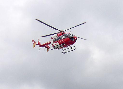 Der Mann wurde durch den Rettungsdienst versorgt und mit dem Hubschrauber in eine Klinik verbracht. (Symbolbild) Foto: zVg