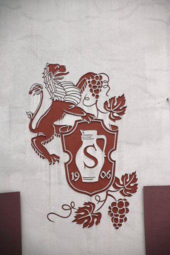 """An der Giebelseite des Gasthauses prangt noch das Wappen der Familie Schneider mit dem Löwen und dem """"S"""". Foto: Markgräfler Tagblatt"""