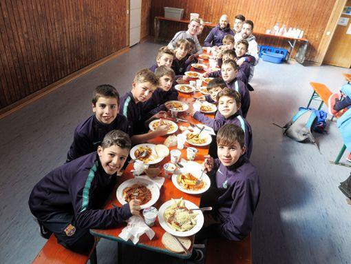 Die verdiente Stärkung zwischen den Begegnungen: die Jungen vom FC Barcelona beim Mittagessen. Foto: Beatrice Ehrlich