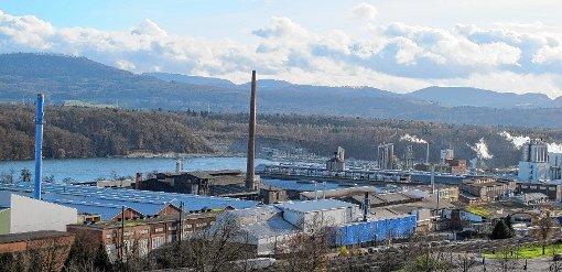 """Die """"Alu"""" heute mit den einstigen Elektrolyse-Hallen (im Vordergrund) und dahinter die Produktionsbetriebe der Evonik Rheinfelden.    Foto: Peter Rombach Foto: Die Oberbadische"""
