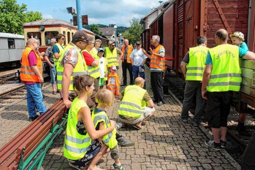 Betriebsleiter Jürgen Lange (am Waggon) erläutert die Möglichkeiten, bei der Kandertalbahn mitzumachen.   Foto: Reinhard Cremer Foto: Weiler Zeitung