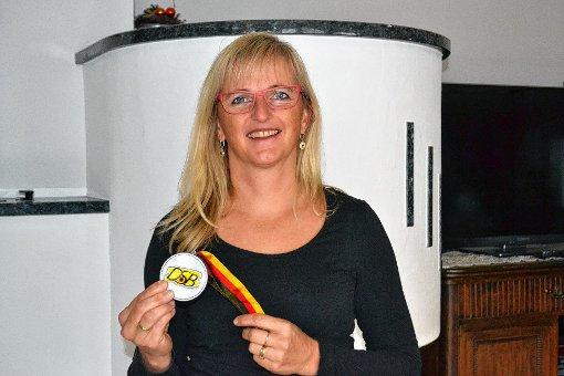 Stolz präsentiert Ute Rapp ihre Silbermedaille, die sie sich bei den deutschen-Hallenmeisterschaften im Bogenschießen in Bad Segeberg erkämpfte.    Foto: Paul Berger Foto: Markgräfler Tagblatt