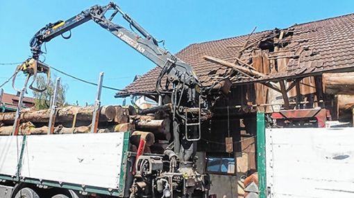 Balken und Dachziegel wurden von einem Greifarm beschädigt.   Foto: Polizei Foto: Markgräfler Tagblatt