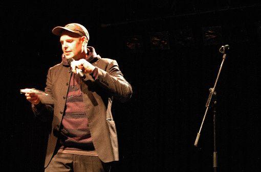 Ein großer Name in der modernen Dichterszene: Bas Böttcher, der in der Reihe Burghofslam zu hören war.     Foto: Ursula König Foto: Die Oberbadische
