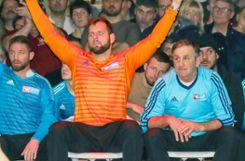 Hundertprozentig fokussiert: Die TuS-Trainer Florian Philipp (links) und Bernd Reichenbach. Foto: Grant Hubbs