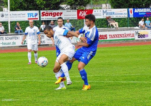Ridje Sprich (linksl) erzielt zwei der drei Weiler Tore gegen den SV Waldkirch.   Foto: Uli Nodler Foto: Die Oberbadische