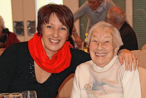 Bürgermeisterin Christine Trautwein-Domschat traf auch die älteste Einwohnerin Schwörstadts, Rosa Endert, beim Seniorennachmittag. Seit 93 Jahren lebt sie im Ort.  Foto: Rolf Reißmann Foto: Die Oberbadische