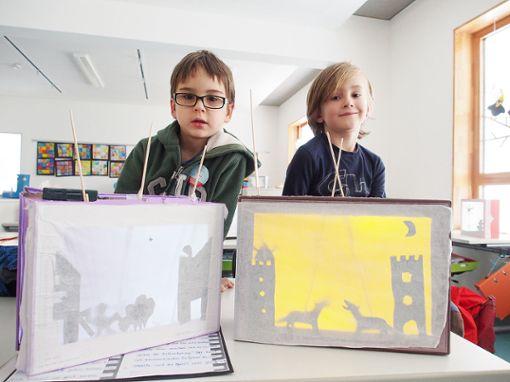 Die Grundschüler Johannes (l.) und Jonathan stellen ihre selbstgebauten Schattenspiele vor.   Foto: zVg Foto: Die Oberbadische