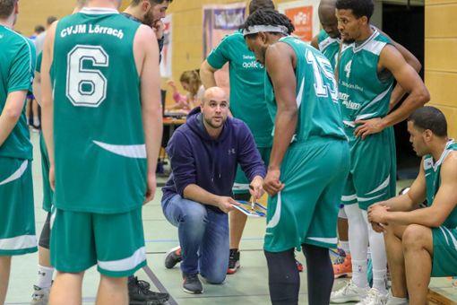 CVJM-Trainer Matthias Blum (Mitte) ist mit dem Abschneiden seiner Oberliga-Mannschaft sehr zufrieden.   Foto: Archiv Foto: Die Oberbadische