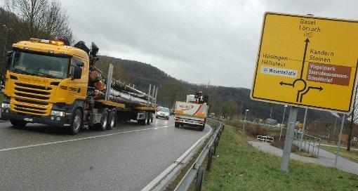 Der Kreisverkehr bei Steinen-Höllstein ist einer von mehreren Stellen, an denen Pendler sich auf der B317 ärgern.   Fotos: Marco Fraune Foto: Die Oberbadische