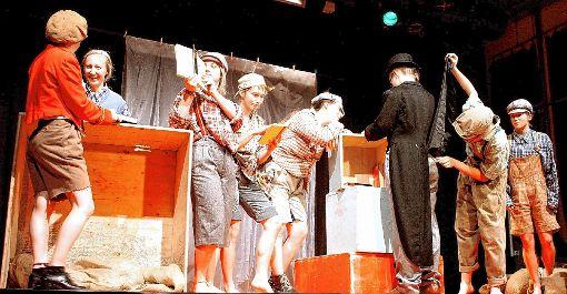 Im Laden von Buchhändler Benson (2. v.l.) bestiehlt die Jugendgang den großherzigen Mister Brownlow. Oliver Twist (r.) schaut entsetzt zu.   Foto: Markus Greiß Foto: Die Oberbadische