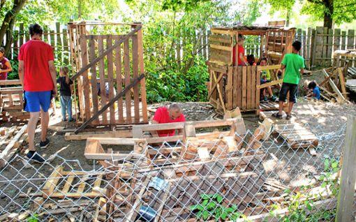 Beim Hüttenbau nageln die Kinder Bretter aneinander und haben viel Spaß.   Fotos: Susann Jekle Foto: Die Oberbadische