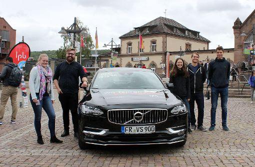 Das Team der Landeszentrale für politische Bildung um Jonathan Heimburger (Zweiter v.l.) mit dem Wahltaxi    Foto: Nele Höfler Foto: Die Oberbadische