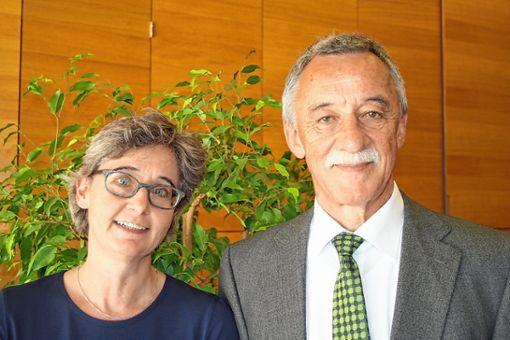 Albrecht Schmidt übergibt an Stefanie Müller, die am Hebel bereits die Fächer Deutsch und Französisch unterrichtet.   Foto: Markus Greiß Foto: Die Oberbadische