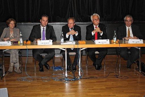 Die Kandidaten für die bevorstehende Landtagswahl diskutierten in einem Podium in der Mehrzweckhalle des St. Josefshauses Herten (von links): Petra Thyen (Grüne), Felix Schreiner (CDU), Matthias Zeller (Moderator), Hidir Gürakar (SPD) und Tilo Levante (FDP, anstelle von Harald Ebi).   Foto: Gerd Lustig Foto: Die Oberbadische