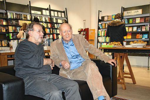 Irimbert Kastl (l.) und Franz Hohler in der Sitzecke der neu eröffneten Buchhandlung.    Foto: Markus Greiß Foto: Die Oberbadische