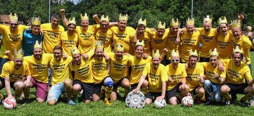 Ausgelassen feierten die Utzenfelder Kicker die Meisterschaft und die Rückkehr in die Kreisliga B.    Foto: Ralph Lacher Foto: Markgräfler Tagblatt