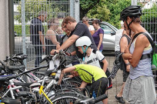 Die angebotenen Fahrräder wurden kritisch unter die Lupe genommen.   Fotos: Hege Foto: Markgräfler Tagblatt