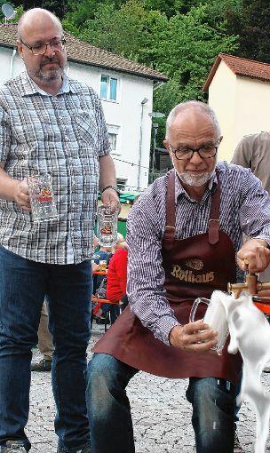 Nachdem Bürgermeister Rudolf Rümmele den Hammer geschwungen hatte, zapfte er das erst Bier und erklärte das Städtlifest für eröffnet.     Foto: Ralph Lacher Foto: Markgräfler Tagblatt