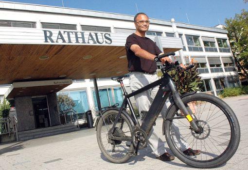 Hervé Roséfort pendelt mit dem Fahrrad zu seinem Arbeitsplatz im Rathaus.   Foto: Marco Fraune Foto: Weiler Zeitung