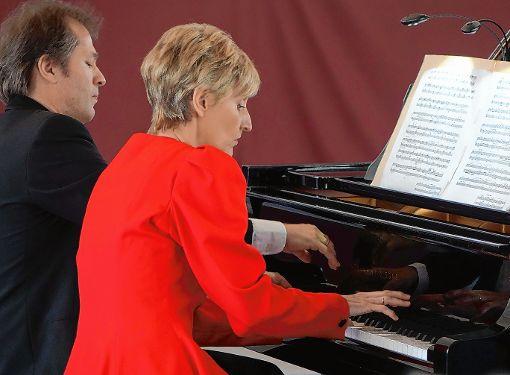 Spielen mit mitreißendem Schwung: Das Klavierduo Monika Egri und Attila Pertis.   Foto: Jürgen Scharf Foto: Markgräfler Tagblatt